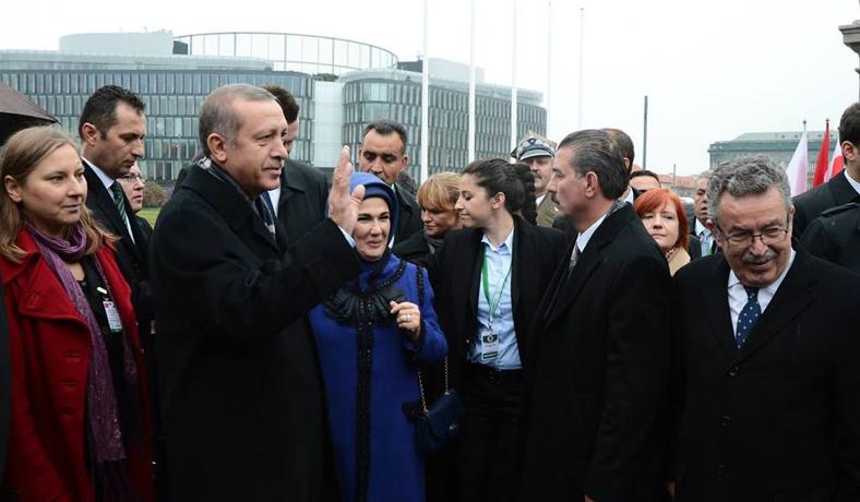 Başbakan Erdoğan, eşi Emine Hanım ve Varşova Büyükelçimiz Sayın Yusuf Ziya Özcan ile birlikte, Meçhul Asker Anıtı'nda..