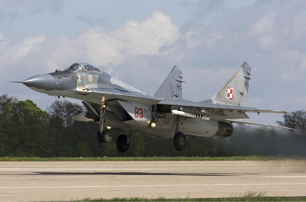 Polish_Air_Force_Mikoyan-Gurevich_MiG-29A_(9-12A)_Lofting